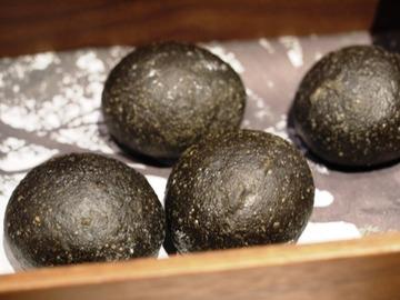 竹炭トリュフパン