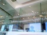 グラスが並ぶ棚