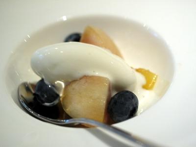 桃、スモモ、プルーベリー、クリームチーズ