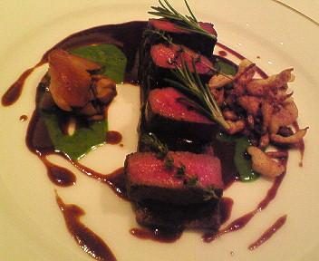 蝦夷鹿の背肉ローストと赤ワイン煮込み