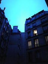 アパートの窓から冬18時