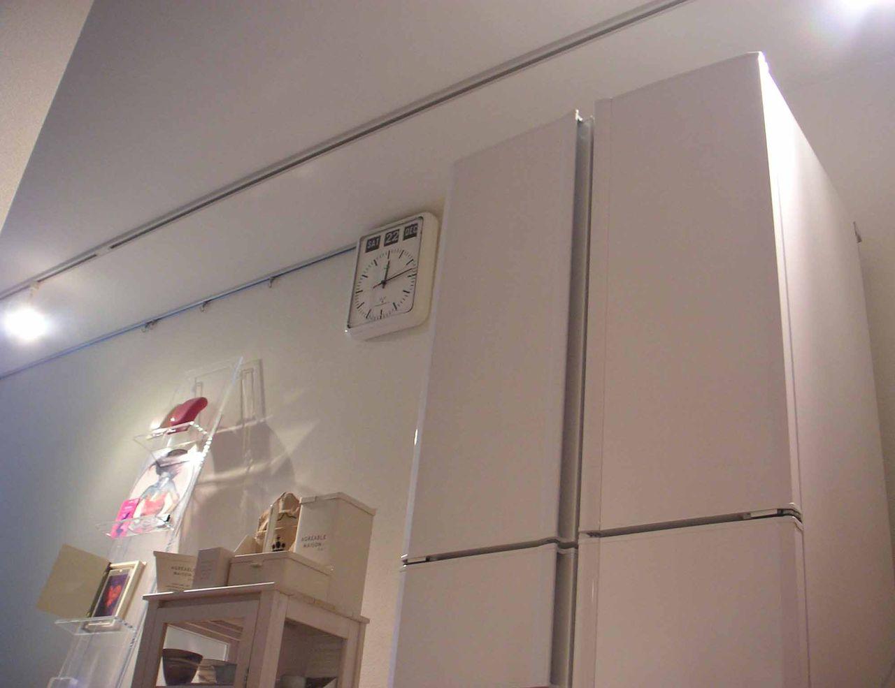 白い部屋には白いカラーの冷蔵庫 おしゃれなカラー