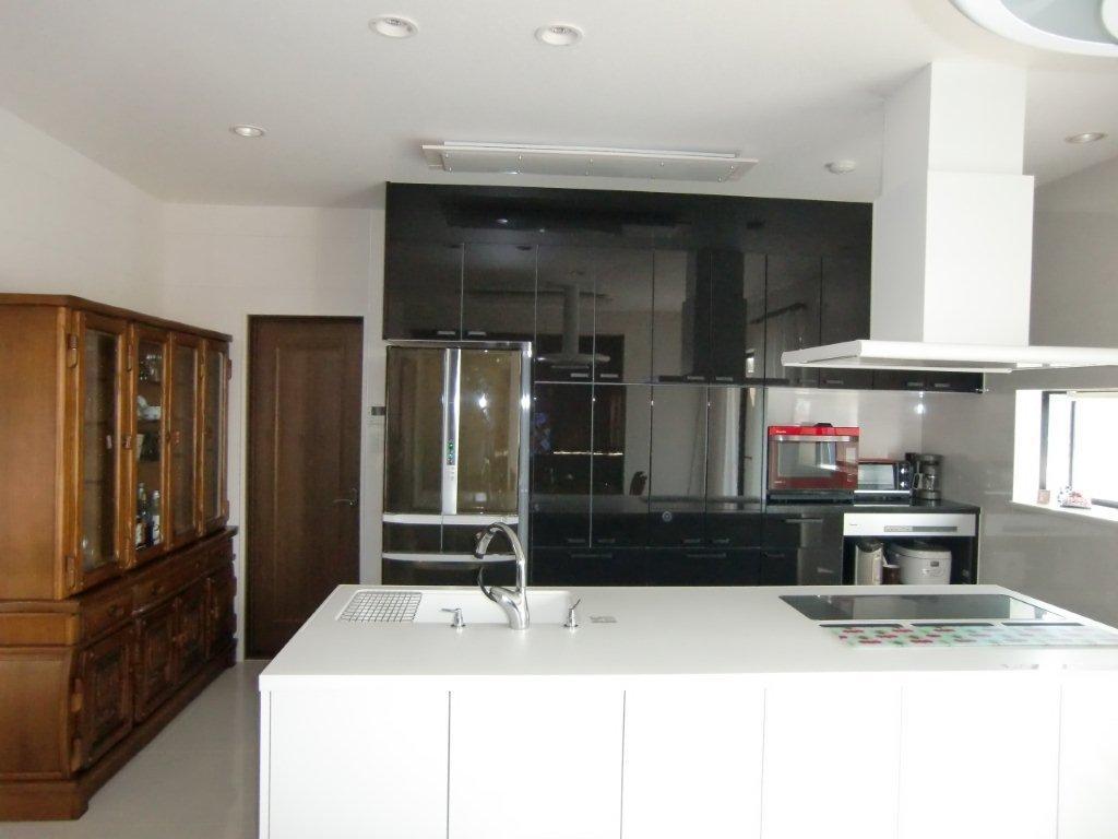 黒いキッチンには黒の冷蔵庫ですっきりと おしゃれなカラー