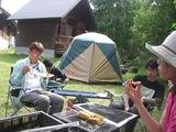 07年8月キャンプ�朝飯を食べる様子