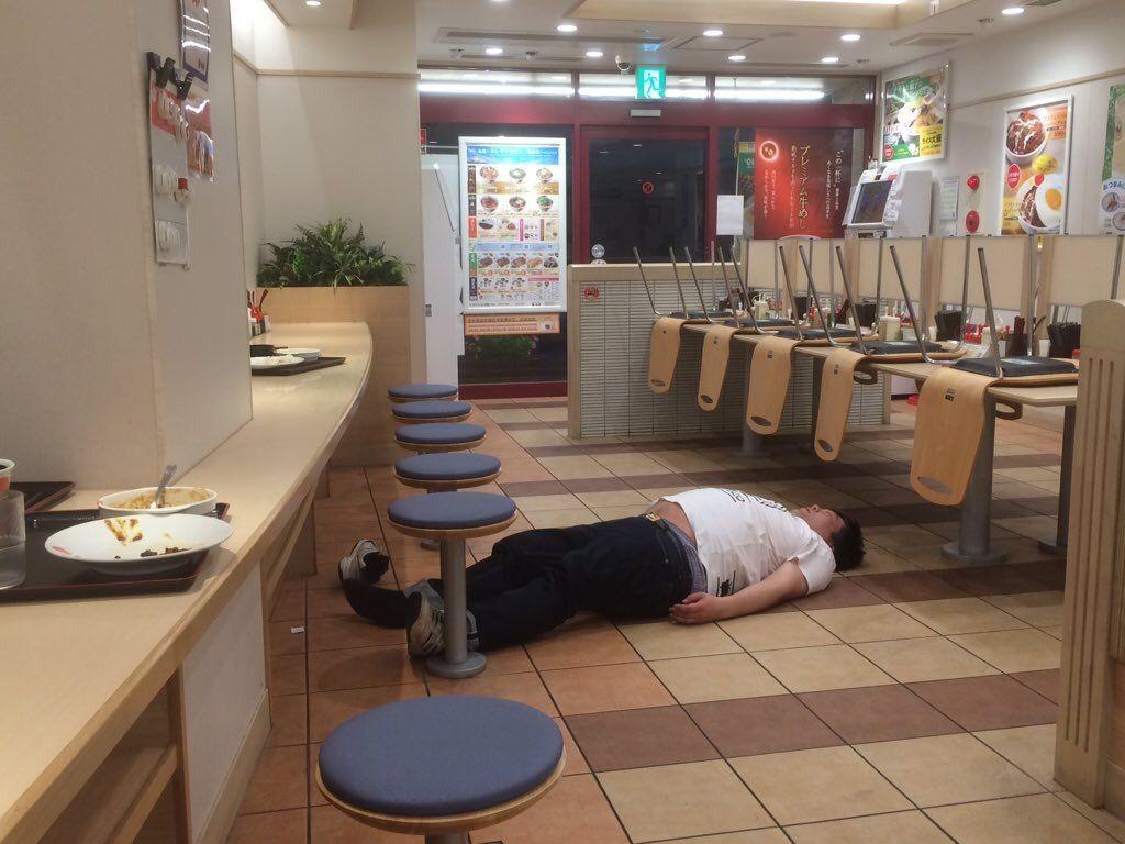 【画像】松屋で死んでる奴いてワロタwwwwwwwwwwwwwwwwwwww