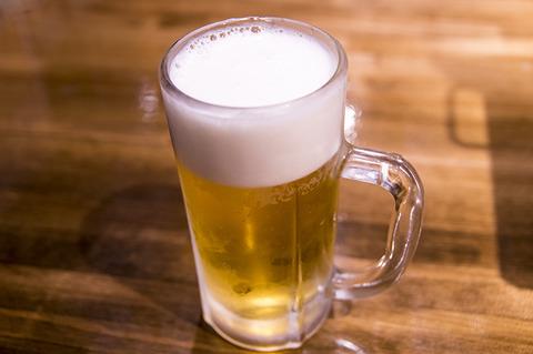 後輩女22「ええ~wwBARに来たのにビールですかぁ?ビールだったら居酒屋で飲めばいいじゃないですか~ww」