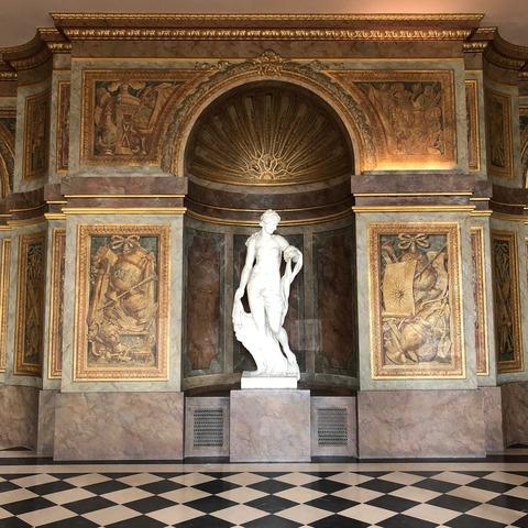 Palais de Versailles and statue