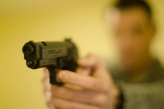 【速報】「撃てるもんなら撃ってみ」近づいてきた刃物男に警察官が威嚇発砲 無職の男(63)逮捕…大阪府警「適正な拳銃の使用」