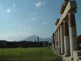 遠くに望むヴェスヴィオス火山