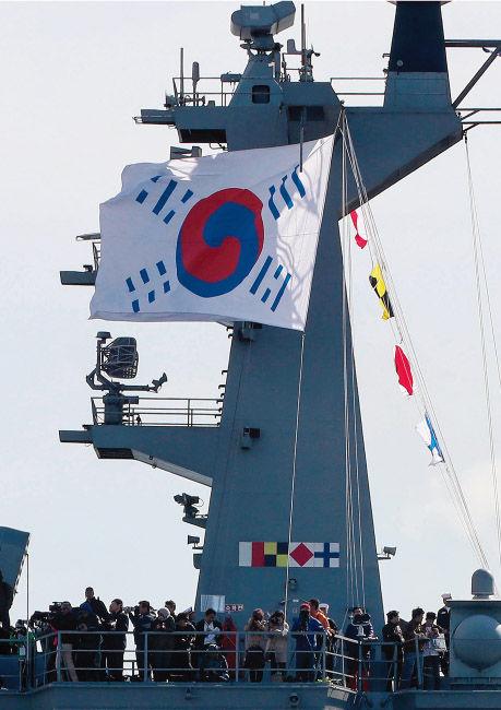 【韓国】 国の品格を毀損した済州観艦式~独島艦が掲揚した「デニー太極旗」は日本に屈した大韓帝国の旗