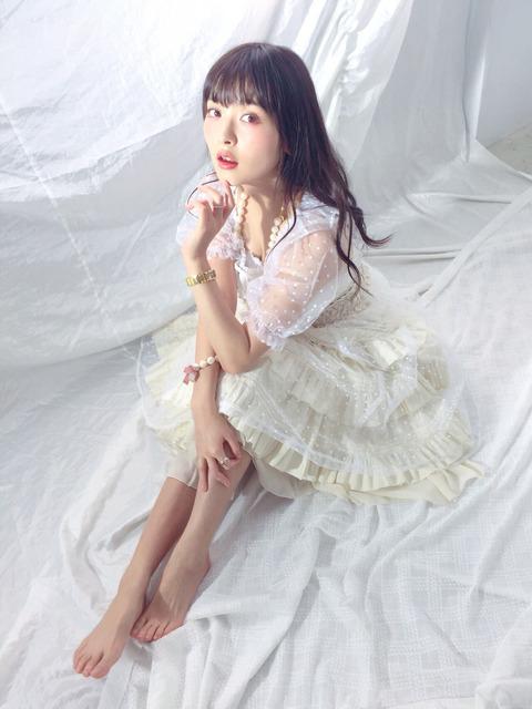 上坂すみれちゃんの最新の生足画像