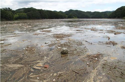 大雨が続いた影響で大量のごみが大清湖に流れ込み湖面全体を覆う 韓国人の民度があらわに