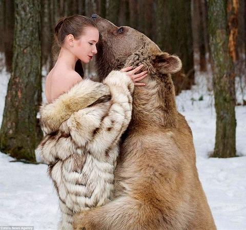 【ロシア】女性モデルとヒグマのツーショットが話題に