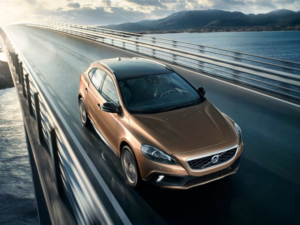 2013-Volvo-V40-Cross-Country-Front-Angle-Top