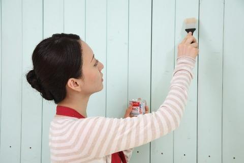 塗装をする女性