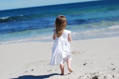 1459247279_girl-walk-beach