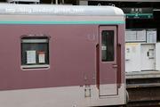 2020.3.23-ゆうマニ甲種,長津田駅駅名標と絡めて