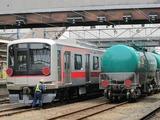 2013.4.17-東急5176F甲種-八王子でタキ車と並ぶ