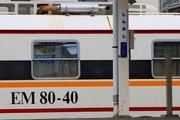 2017.6.7-EM80-40新河岸留置-駅名標と絡めて