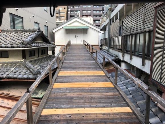 放下鉾・祭が近づくと蔵へ渡り廊下が設置されます