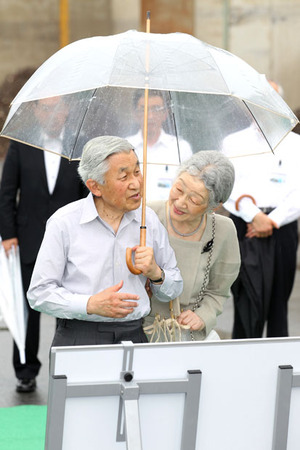 両陛下 ビニール傘