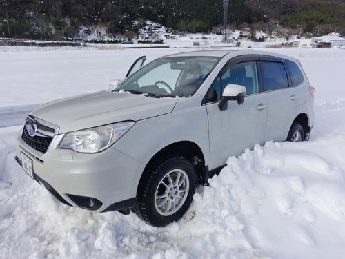 雪でスタックした車