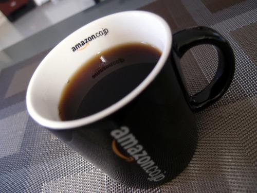 Amazonオリジナル マグカップ コーヒーに浮かぶロゴ
