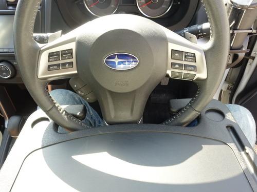 車のハンドルに付けられるテーブル