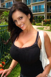 com_s_a_n_sanzierogazo_denise-milani-outside-big
