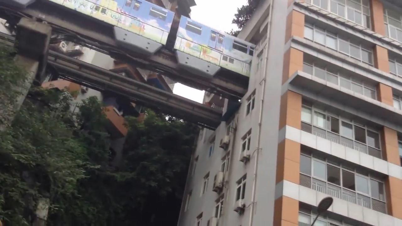 中国のマンションの中を通過する仰天モノレール。マンション内に駅とか便利過ぎ!