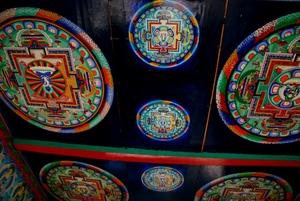 途中のカンニ門の上に描かれた曼荼羅