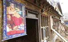 jジェクンドの地震被災地に掲げられたダライ・ラマ法王の写真