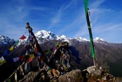 キャンジン・リ頂上にあるタルチョとナヤカン峰