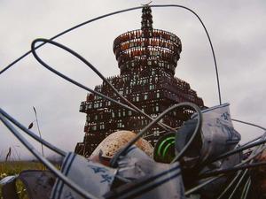 ヤク・ツェテンとツェカルがビール瓶仏塔