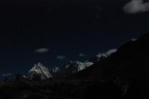 チュレ、星と月明かり映える山