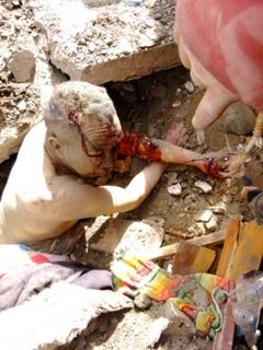 ジェクンド、瓦礫の下から救出されたチベット人