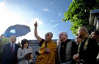 沖縄の法王、 空の鳥を示し、ラサを思い出される