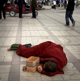 物乞いに疲れ行き倒れる僧侶、アムド、チベット、写真・野田雅也