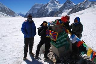 国境の境界を示す塚とチベット国旗