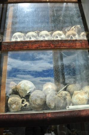 キリングフィールドから掘り出された遺骨 3