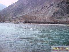 裸にされたドゥクチュ川沿いの山