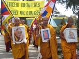 僧侶の静かな行進