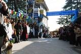 法王のお帰りを沿道で待つダラムサラの人々