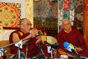 10.3.09 Dharamsala 法王の記者会見  13