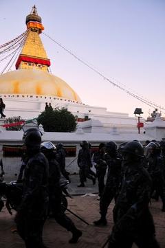 ボドゥナート仏塔とネパール警察隊