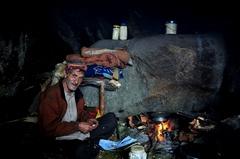 洞窟に住むおじいさん