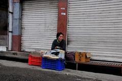 バス停で朝パンを売るラモ・ツォ