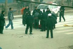 焼身自殺を試みた僧タペイの周りに集まった警官たち