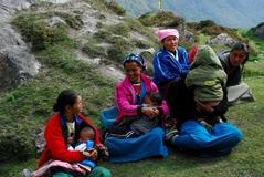 キャンジン村、集会の成り行きを見守る主婦たち