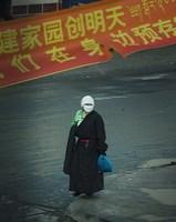 2008年6月顔を隠すチベット人・写真野田雅也